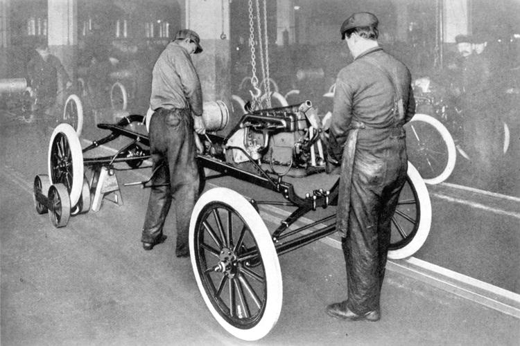 Установка двигателя на заводе в городе Хайленд-Парк, штат Мичиган, 1914