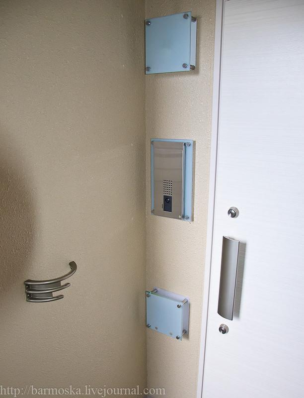 В самой квартире справа виднеется белый порожек, где все оставляют свою обувь — это вход. В пр