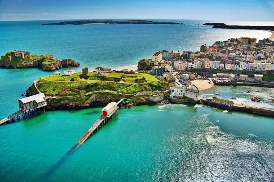 Сваллийского название города переводится примерно как «Маленькая крепость рыбы». Этот естественно з