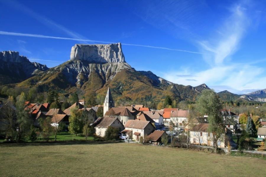 Великолепная гора Мон Эгий на2000 метров возвышается над французской общиной Шишильян, где проживае
