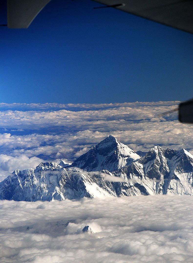 10. Вид на гору Эверест с борта самолёта.