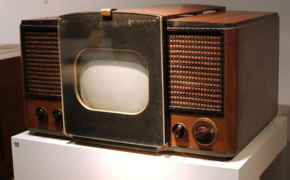 Этот телевизор 1946 года стал одним из первых, попавших на массовое производство. Размер экрана можн