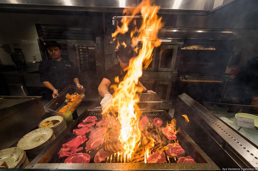 21. В столовой есть всё, от пасты и салат-бара до стейков, которые жарят прямо при тебе.