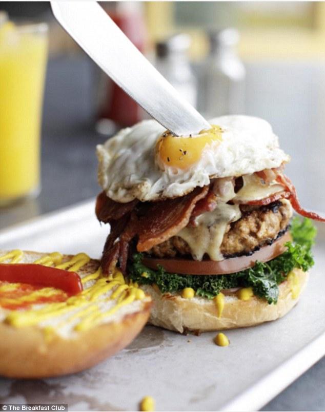 Снова Лондон: бургер с котлетой из свинины с зеленью, жареными яйцами и хрустящим беконом. Бургер на