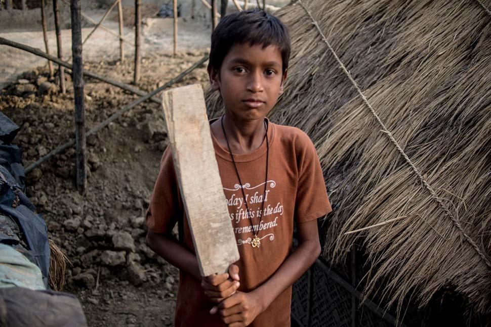 Индия, семейный доход — 65 долларов на взрослого в месяц. Любимая игрушка — самодельная бита для кри