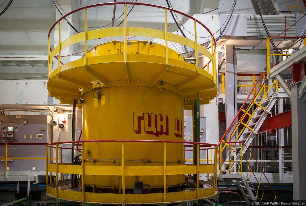 36. Немного отдохнём ушами в переходе. И снова в сильный шум — турбинный зал АЭС.