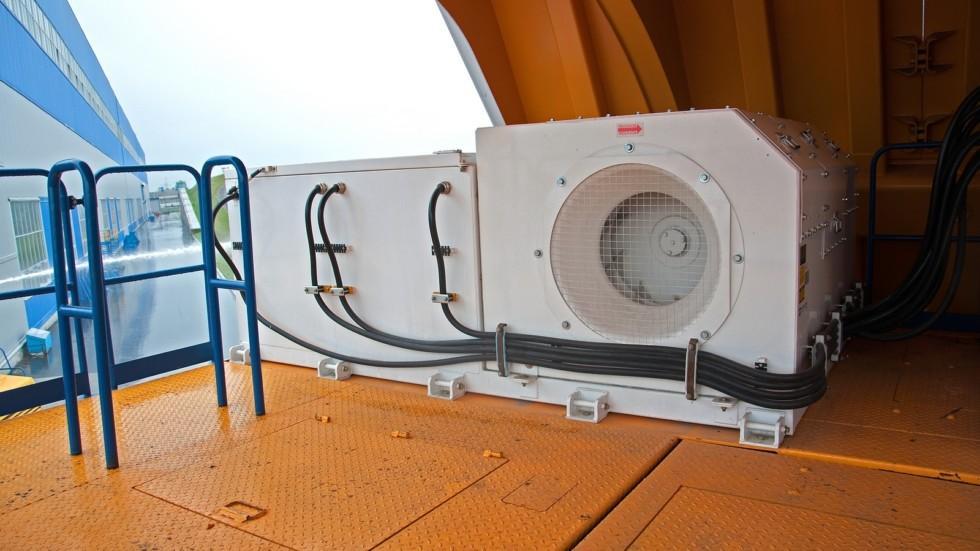 Прямо за кабиной расположились части объединённой гидравлической системы (рулевого управления, тормо
