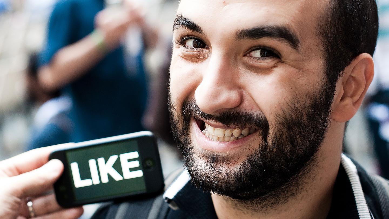 Исследование показало, что социальная сеть Facebook делает людей счастливыми