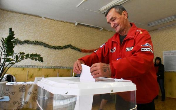 Первому избирателю вворонежском селе вручили бутылку водки