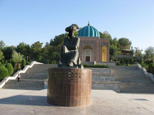 Monument_to_Babur_Andijan_Sculptor_R_Suleymanov_Bronze_1984.jpg
