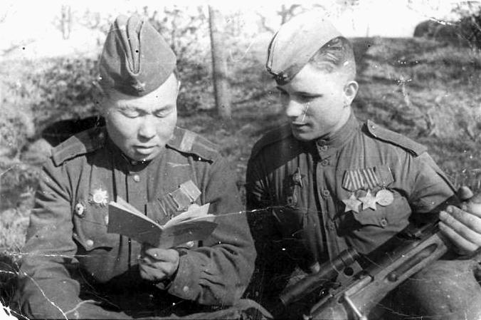 Слева на фото снайпер Иван Кульбертин.jpg