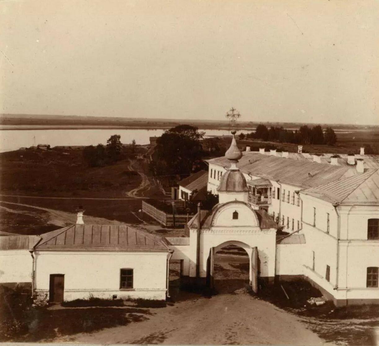 Николо-Бабаевский монастырь. Выход из монастыря. Вид с колокольни