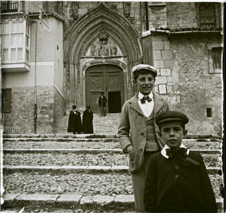 1903. Подростки, выходящие из церкви Сан-Николас. Испания, Бургос