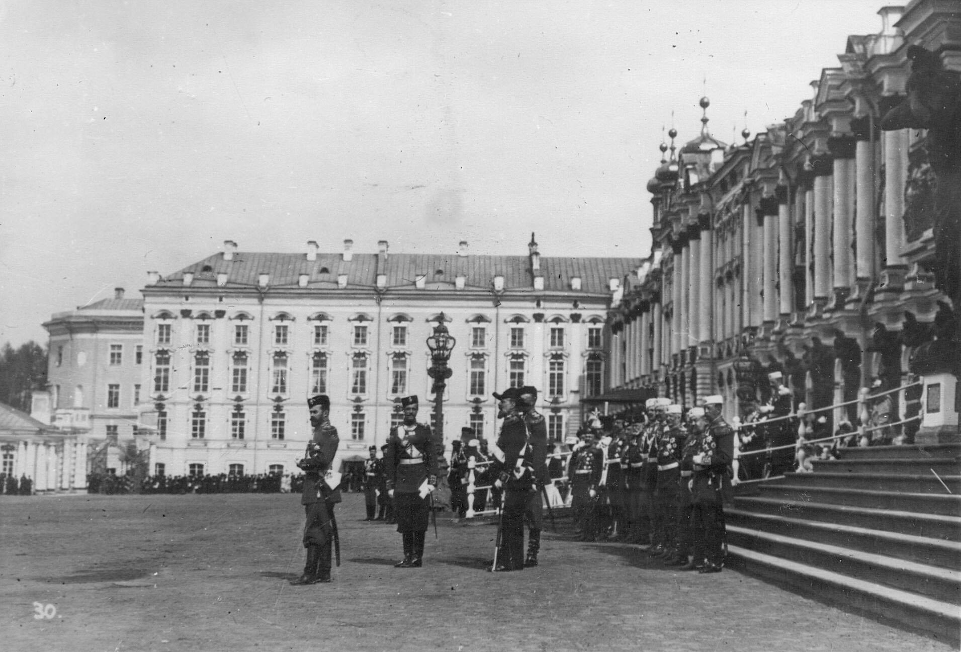 Император Николай II с группой офицеров-командиров лейб-гвардии стрелковой бригады у подъезда Екатерининского дворца наблюдает за прохождением войск во время парада