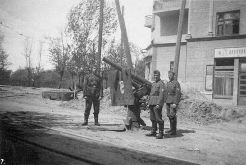 Немцы фотографируются с 76,2-мм зенитным орудием Лендера на перекрестке улиц Пугачева и Мельникова. Киев, 1941 год.