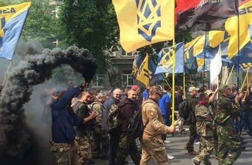 Радикалы зажгли дымовые шашки у Верховной Рады