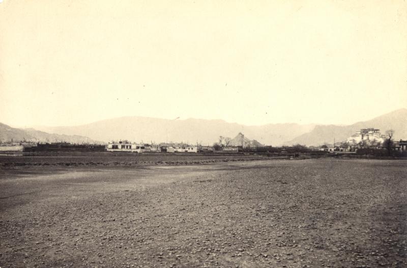 Фотоснимки из этой коллекции были сделаны двумя монгольскими буддийскими ламами, Г. Ц. Цыбиковым и О. М. Норзуновым, побывавшими в Тибете в 1900 и 1901 годах.
