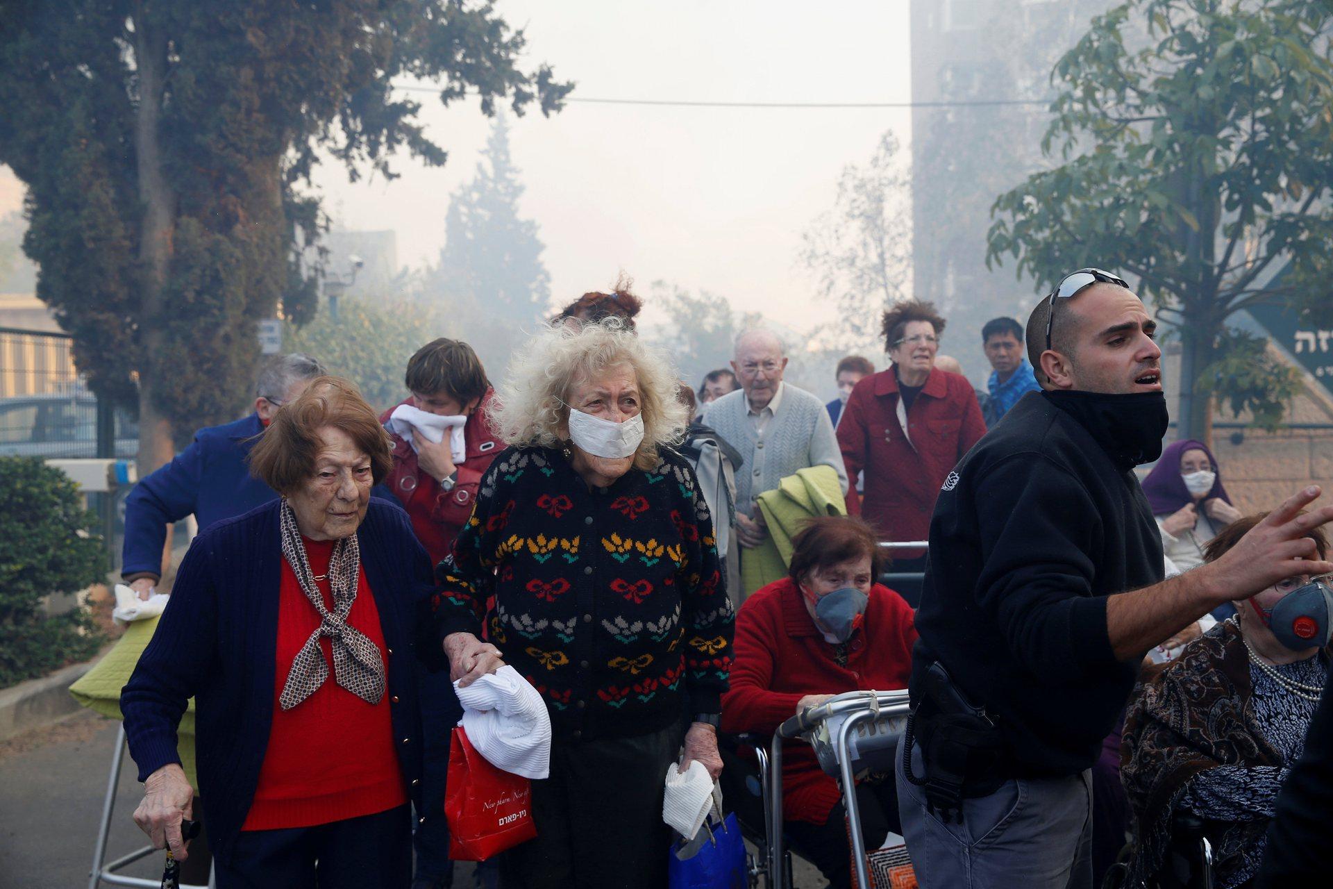 Огонь бушует в районе поселка Натаф близ Иерусалима, леса и кустарники горят также в районе Латруна