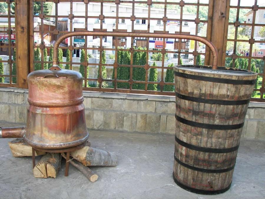 2. Местный самогон Местный самогон зачастую изготавливается на основе сомнительной воды и такого же