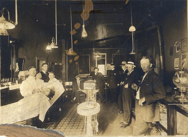 Как выглядели барбершопы в конце XIX — начале XX века