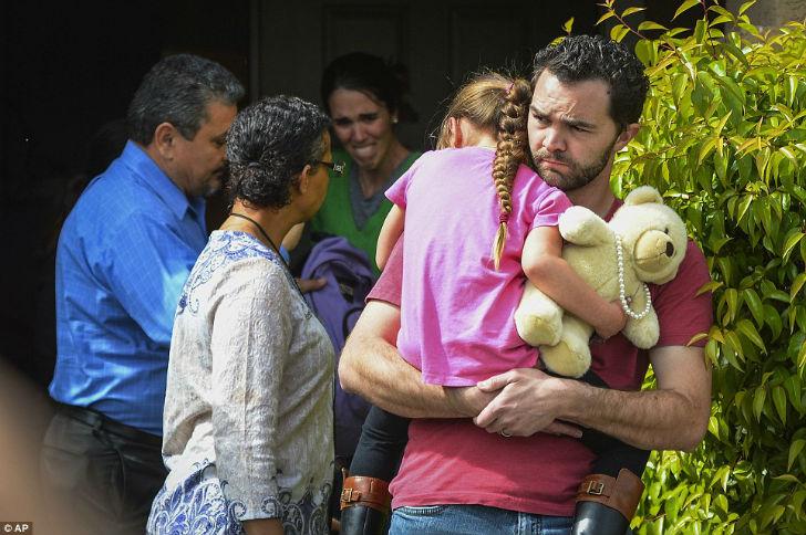 6-летняя Лекси на руках у своего приемного отца.