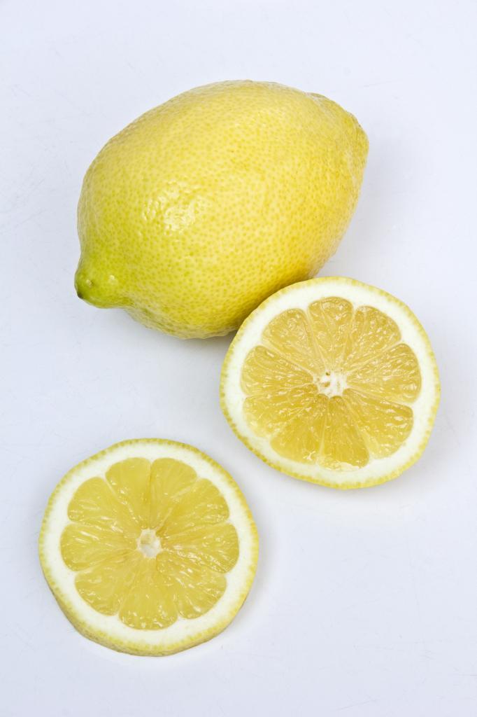 Лимоны. Плод содержит витамины А, В1, В2, В5, В6, В9, С, РР, а также микроэлементы — железо, кал