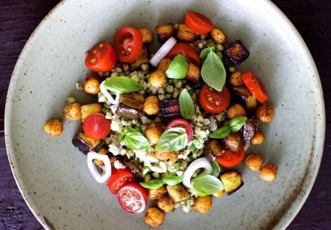 Ингредиенты: Для салата: 200г гречневой крупы 2стакана воды 1ч.л. соли 1небольшой баклажан 150