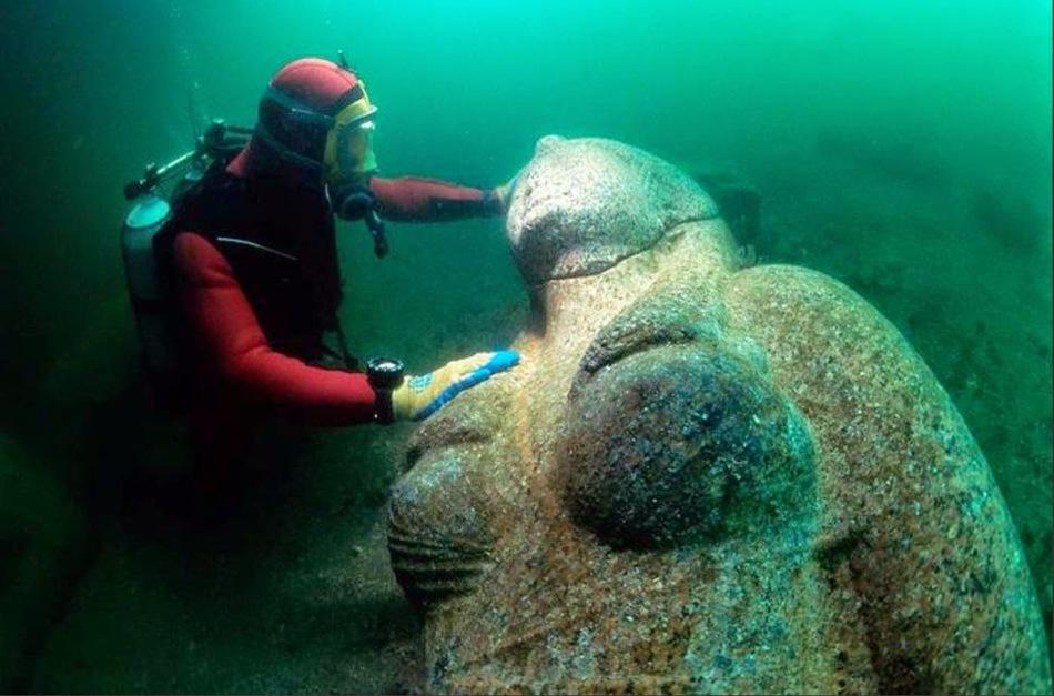 Множество веков руины этого города пролежали в 3 километрах от побережья Александрии в бухте Абукир,