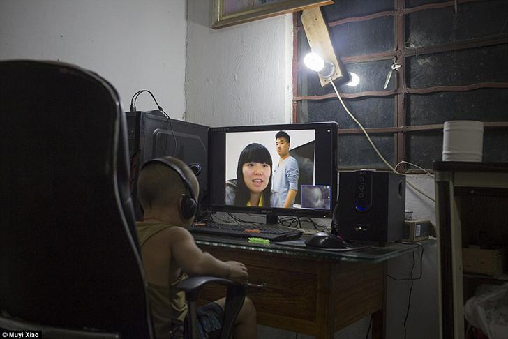 Четырехлетний Сяо Лэ во время видеозвонка со своими 20-летними родителями, которые работают в провин