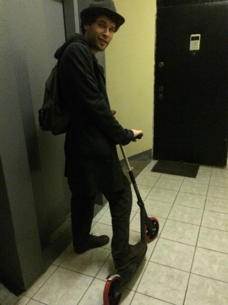 Паша Артемьев Актер и музыкант Самокат — Razor Carbon Lux 1. Если научиться менять ногу, можно ехать