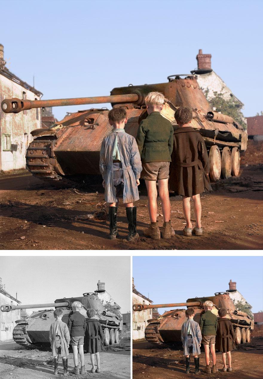 Французские мальчишки смотрят на подбитый немецкий танк «Пантера».
