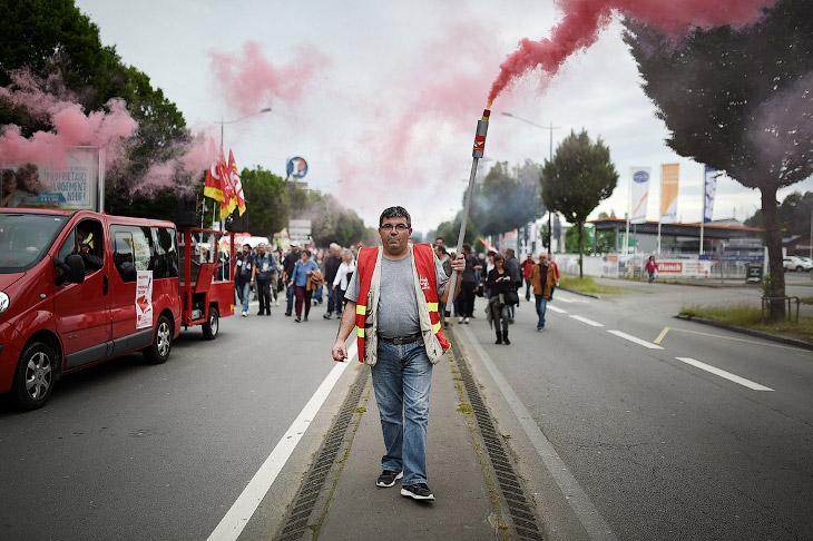 2. Впрочем, президент Франсуа Олланд сказал протестующим не тратить время и что он не будет отступат