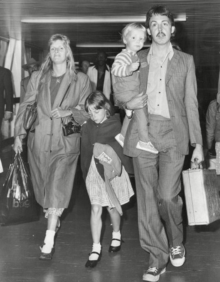 Пол Маккартни с женой Линдой и дочкой Стеллой в аэропорту «Хитроу» в Лондоне в 1979 году.