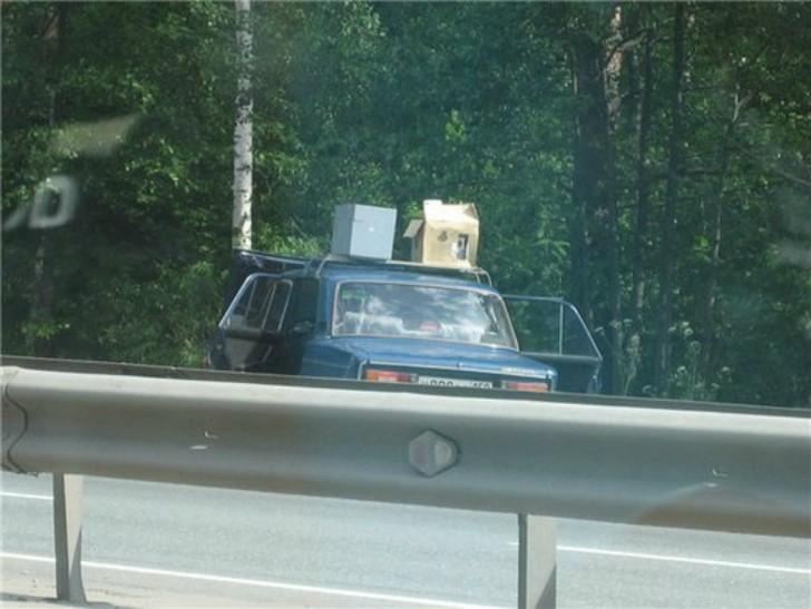 9. Неприметная коробка Радар на крыше абсолютно непримечательной машины, припаркованной на обочине.