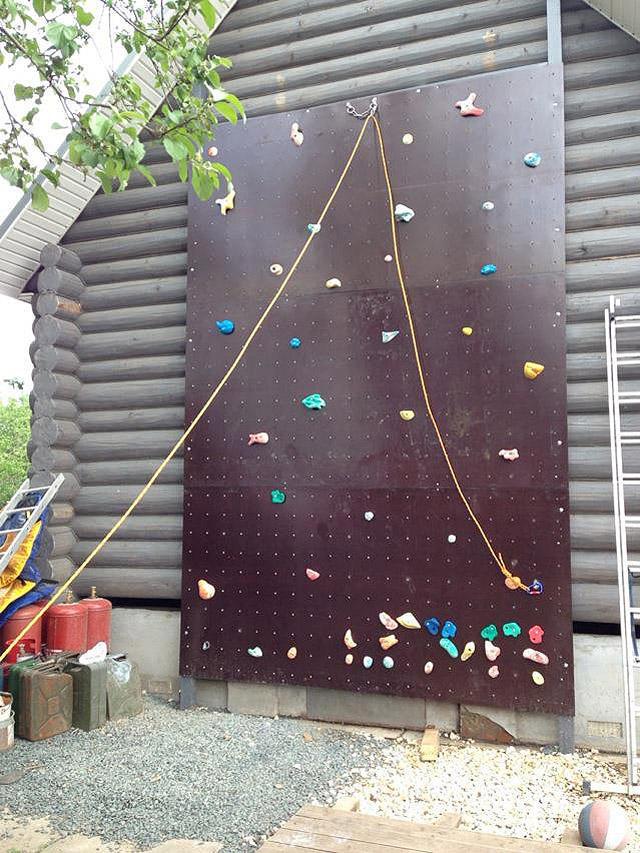 9. Скалодром на даче Если у вас есть крепкие стены, то вы сможете сделать отличное развлечение для д