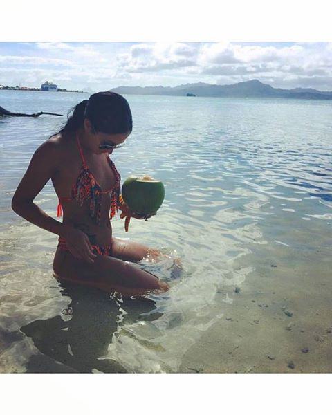 В инстаграме и фейсбуке Изабель Лагас также можно встретить десятки снимков из путешествий в бикини,