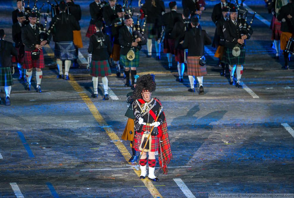 3. Шотландцы в этом году решили разнообразить выступление девочками, которые эффектно прикатили