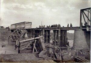 Солдаты во время перекрытия пролетов и устройства верхнего строения.