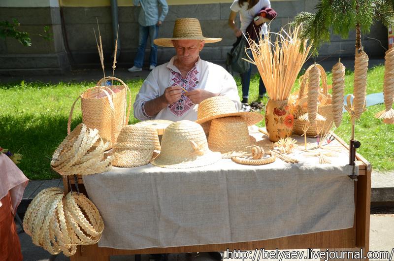 мастер плетет шляпы
