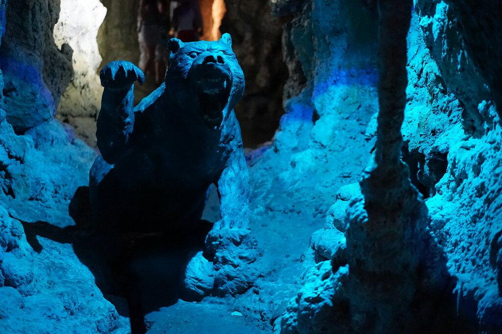 Скульптура медведя. Искусственная Медвежья пещера в Сафари-Парке в Геленджике