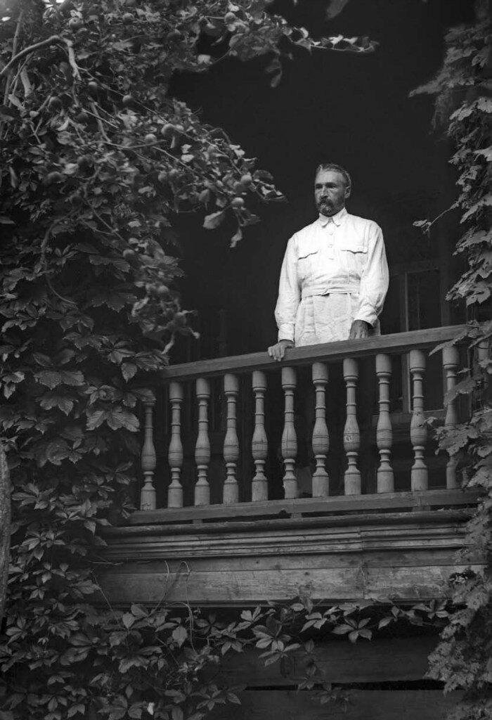1928. Первая Новая улица. П.В.Левитов на террасе дома И.Д.Журавлева
