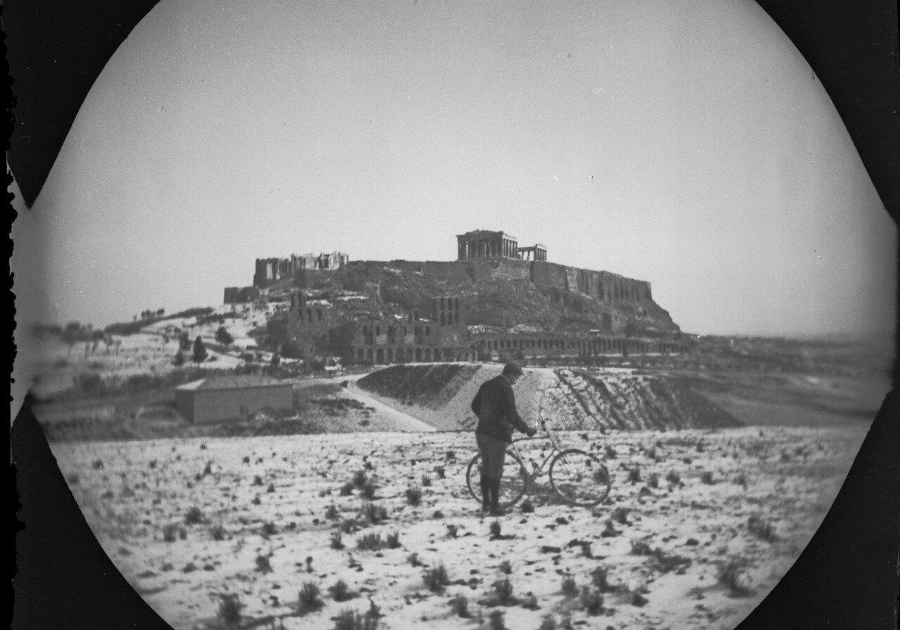 Уильям Захтбелен смотрит на Акрополь с Холма Филопаппа