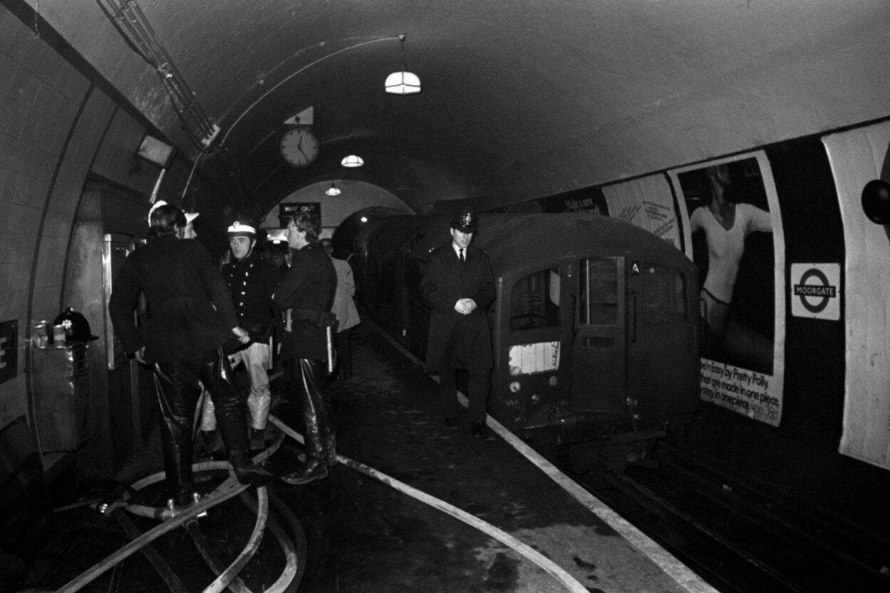 1975. Авария поезда у входа в туннель на станции метро «Мургейт».1 марта
