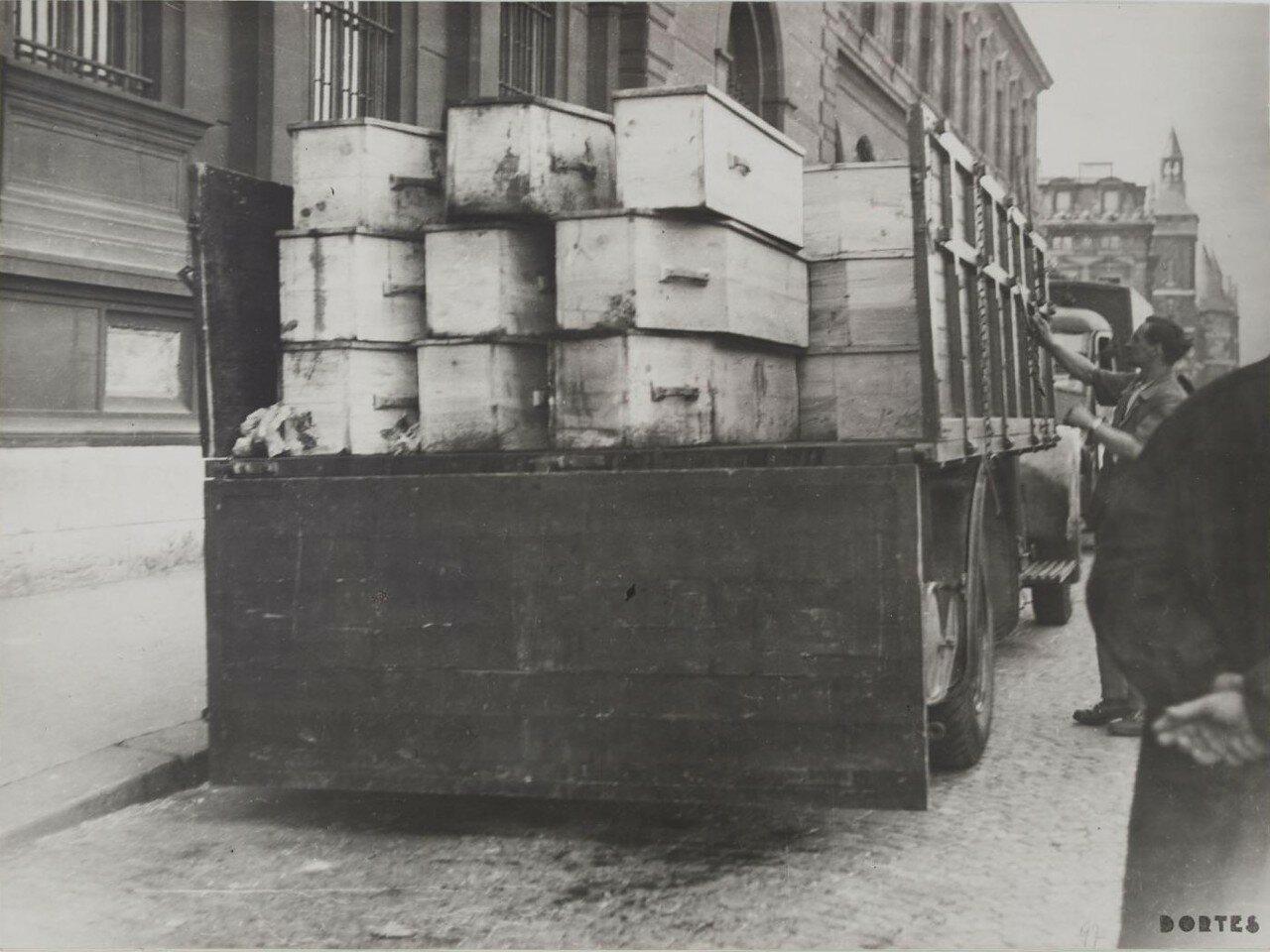 25 августа. Грузовик, перевозивший гробы в больницу Отель Дье, 25