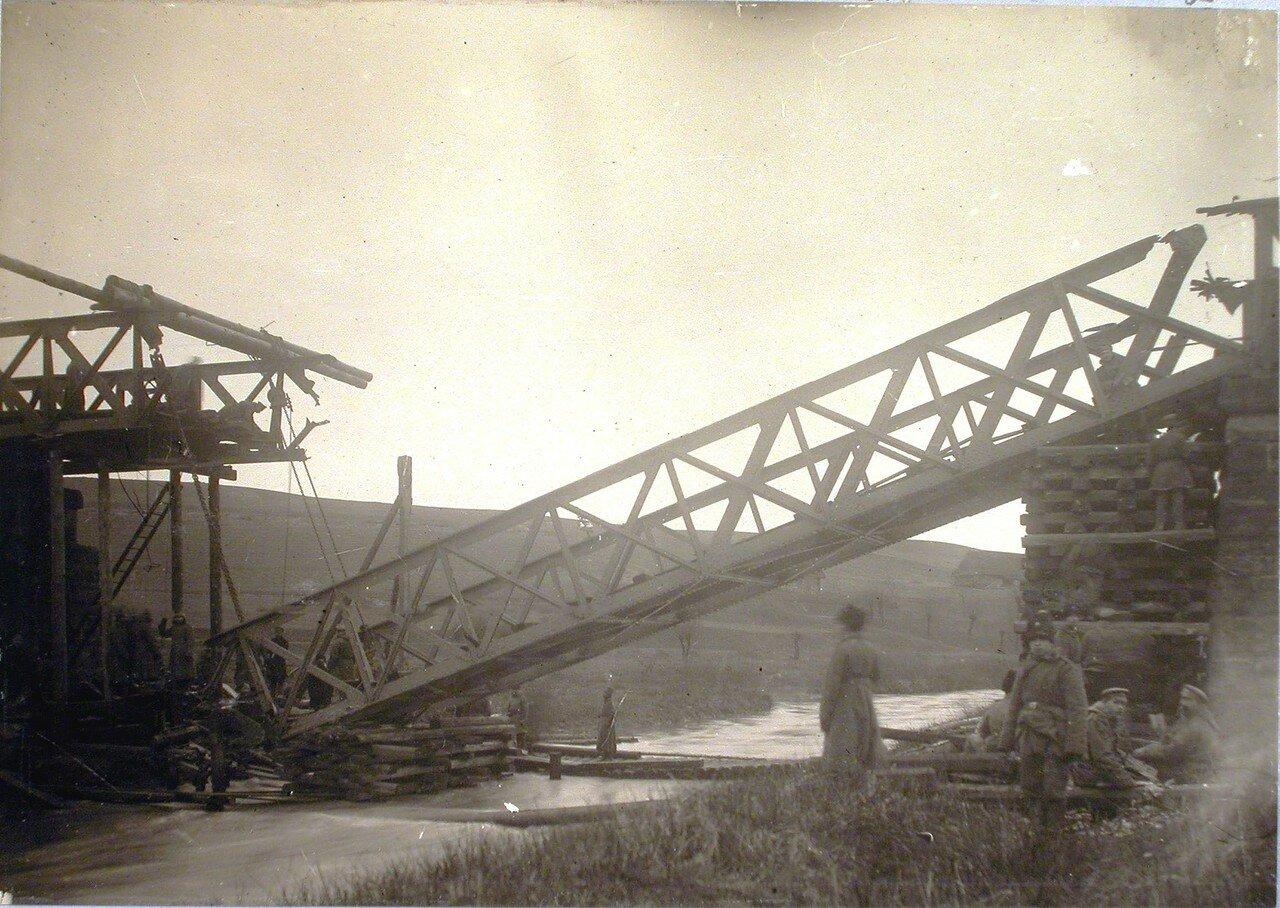 89. Солдаты поднимают ферму разрушенного моста через реку Бялу. Галиция, ст. Тарнов