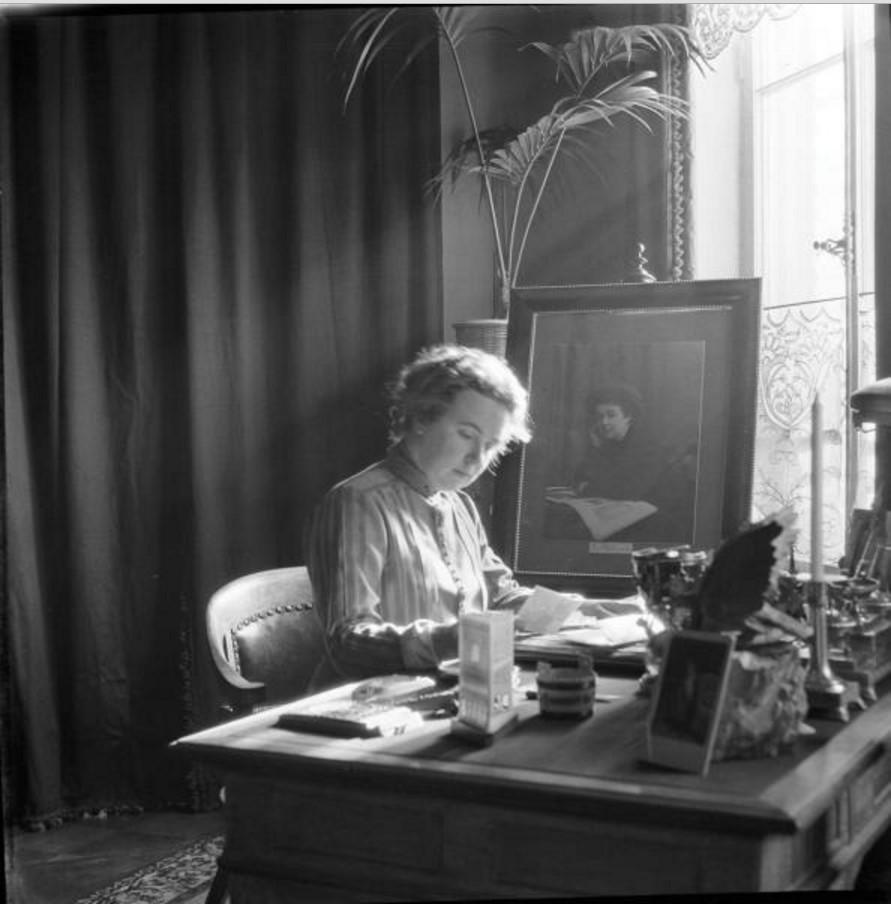 Артистка Вера Шувалова за столом