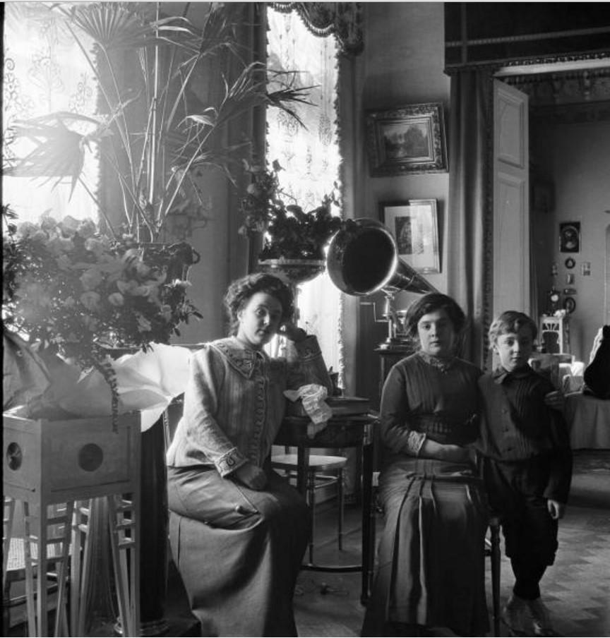 В гостиной. Слева -  Вера Шувалова