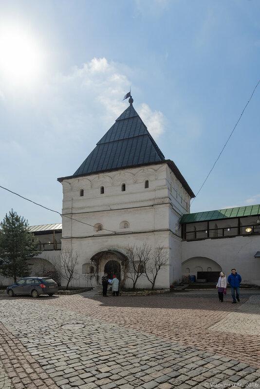 Западная башня Новоспасского монастыря