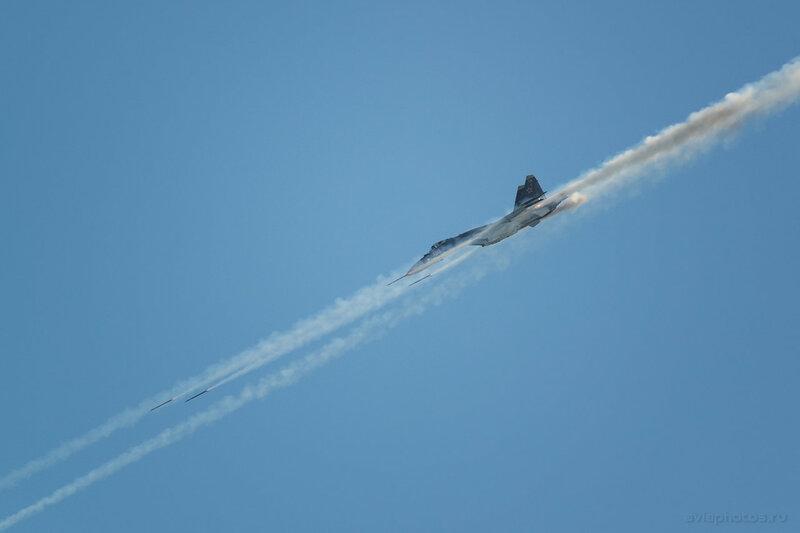 Сухой Су-35 (04 красный) ВКС России 0500_D805980