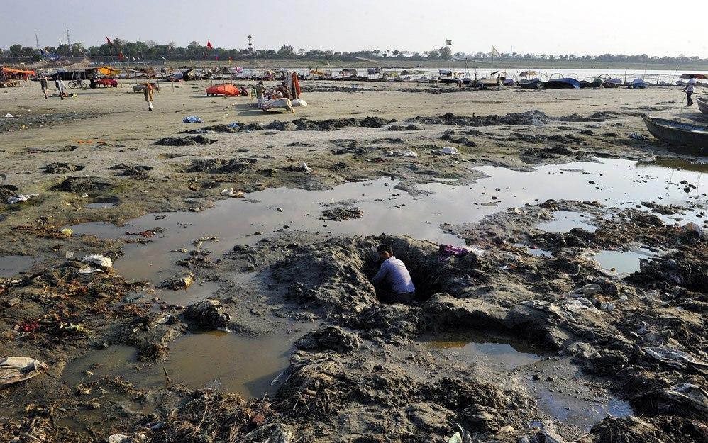 Поиск потерянных украшений в жиже Ганга